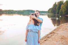Πρόταση γάμου σχετικά με το ηλιοβασίλεμα ο νεαρός άνδρας κάνει μια πρόταση του αρραβώνα στη φίλη του στην παραλία στοκ εικόνες