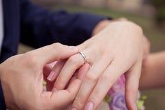 Πρόταση με τα χρυσά δαχτυλίδια Στοκ εικόνες με δικαίωμα ελεύθερης χρήσης