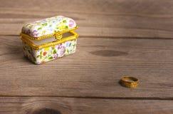 Πρόταση του δαχτυλιδιού, κιβώτιο κοσμημάτων Στοκ φωτογραφία με δικαίωμα ελεύθερης χρήσης