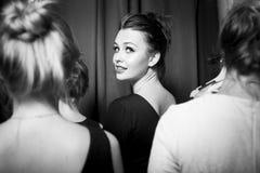 Πρότυπα μόδας που προετοιμάζονται για το διάδρομο από το μοντέρνο σχεδιαστή το μαύρο κορίτσι κρύβει το λευκό πουκάμισων φωτογραφί Στοκ Φωτογραφία