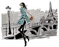 Πρότυπα μόδας το χειμώνα πτώσης ύφους σκίτσων με το υπόβαθρο πόλεων του Παρισιού Στοκ φωτογραφία με δικαίωμα ελεύθερης χρήσης