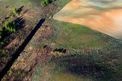 Πρότυπα στα πεδία καλλιεργήσιμου εδάφους στην άνοιξη στοκ φωτογραφία