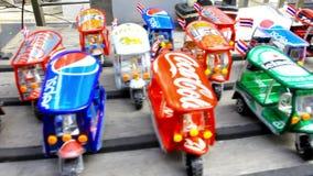 Πρότυπα tuk-Tuk στο κατάστημα οδών στην Ταϊλάνδη Μπανγκόκ φιλμ μικρού μήκους