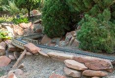 Πρότυπες διαδρομές τραίνων μέσω του υπαίθριου κήπου Στοκ Εικόνες