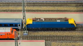 Πρότυπη αναμονή NMiniature στις διαδρομές σιδηροδρομικών σταθμών Στοκ εικόνες με δικαίωμα ελεύθερης χρήσης