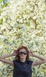 Πρότυπη γυναίκα με τα άνθη της Apple σε έναν κήπο άνοιξη Στοκ φωτογραφία με δικαίωμα ελεύθερης χρήσης