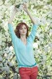 Πρότυπη γυναίκα με τα άνθη της Apple σε έναν κήπο άνοιξη Στοκ εικόνα με δικαίωμα ελεύθερης χρήσης