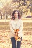 Πρότυπη γυναίκα μόδας φθινοπώρου που έχει τη διασκέδαση στο πάρκο πτώσης Στοκ εικόνα με δικαίωμα ελεύθερης χρήσης