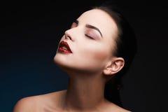 πρότυπη γυναίκα ομορφιάς Όμορφη πανέμορφη γοητεία κυρία Portrait χείλια προκλητικά Κόκκινα χείλια Makeup ομορφιάς στοκ εικόνα με δικαίωμα ελεύθερης χρήσης