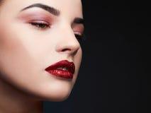 πρότυπη γυναίκα ομορφιάς Όμορφο επαγγελματικό makeup χειλικό κόκκινο στοκ εικόνες
