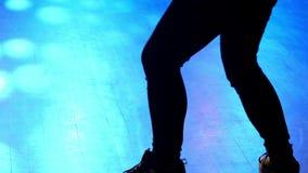 Πρότυπη γυναίκα που χορεύει στο disco απόθεμα βίντεο