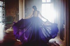Πρότυπη γυναίκα Brunette ομορφιάς στο πορφυρό φόρεμα βραδιού Όμορφη πολυτέλεια μόδας makeup και hairstyle στοκ εικόνα με δικαίωμα ελεύθερης χρήσης