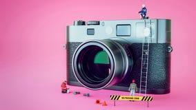 Πρότυπη κάμερα επισκευής ` s Στάση κουκλών γύρω από τη κάμερα Στοκ Εικόνα