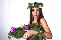 Πρότυπη κυρία Χριστουγέννων με το στεφάνι εμφάνισης στοκ εικόνα