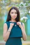 Πρότυπη νέα γυναίκα μόδας στον ανθίζοντας κήπο άνοιξη με την πολυτέλεια Στοκ Εικόνες