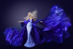 Πρότυπη ομορφιά μόδας, ύφασμα φορεμάτων μυγών στον αέρα, κυματίζοντας ύφασμα Στοκ φωτογραφίες με δικαίωμα ελεύθερης χρήσης