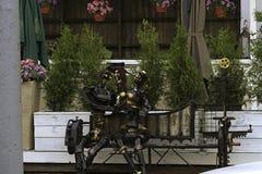 Πρότυπη συνεδρίαση φωτογραφιών cyborg σε έναν πάγκο Στοκ φωτογραφίες με δικαίωμα ελεύθερης χρήσης