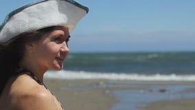 Πρότυπη τοποθέτηση για τη κάμερα, φωτογράφος στην αμμώδη παραλία, θυελλώδης καιρός, κύματα θάλασσας απόθεμα βίντεο