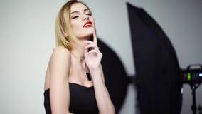 Πρότυπη τοποθέτηση γυναικών στο στούντιο φωτογραφιών απόθεμα βίντεο