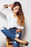 Πρότυπη τοποθέτηση κοριτσιών στο στούντιο στο γκρίζο υπόβαθρο Στοκ εικόνες με δικαίωμα ελεύθερης χρήσης