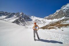 Πρότυπη τοποθέτηση σε έναν εξοπλισμό μαγιό και σκι στα βουνά στοκ φωτογραφία με δικαίωμα ελεύθερης χρήσης