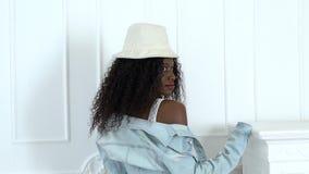Πρότυπη τοποθέτηση σε ένα άσπρο στούντιο έχει τα κόκκινα χείλια που είναι αφροαμερικάνος κίνηση αργή φιλμ μικρού μήκους