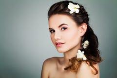 Πρότυπη χαλάρωση γυναικών SPA Κορίτσι SPA με φυσικό Nude Mak Στοκ φωτογραφία με δικαίωμα ελεύθερης χρήσης