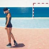 Πρότυποι περίπατοι στο γήπεδο ποδοσφαίρου προκλητική γυναίκα ύφους μόδας προσώπου μαυρισμένων ματιών Στοκ Εικόνες