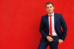 Πρότυπος επιχειρηματίας σε ένα μπλε κοστούμι και έναν δεσμό Στοκ φωτογραφίες με δικαίωμα ελεύθερης χρήσης