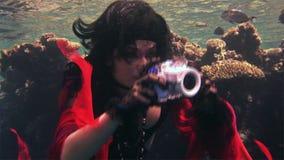 Πρότυπος ελεύθερος δύτης νέων κοριτσιών υποβρύχιος στο κόκκινο κοστούμι του πειρατή στη Ερυθρά Θάλασσα φιλμ μικρού μήκους