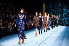 Πρότυπος διάδρομος περιπάτων για FABERLIC από το στενό διάδρομο της ALENA AKHMADULLINA στην εβδομάδα Ρωσία μόδας της ελατήριο-θερ στοκ εικόνα