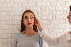 Πρότυπος και makeup καλλιτέχνης κάνετε μια νέα μορφή τα φυσικά φρύδια Στοκ εικόνες με δικαίωμα ελεύθερης χρήσης