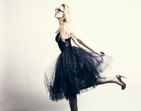 Πρότυπος ξανθός μόδας με τη μακριά σγουρή τρίχα στοκ φωτογραφίες με δικαίωμα ελεύθερης χρήσης