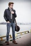 Πρότυπος τύπος μόδας με την τσάντα υπαίθρια Στοκ εικόνες με δικαίωμα ελεύθερης χρήσης
