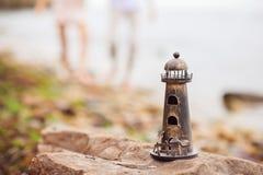 Πρότυπος φάρος στη δύσκολη παραλία Στοκ Εικόνα