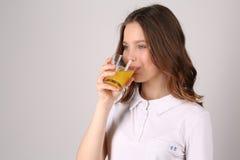 Πρότυπος χυμός κατανάλωσης κλείστε επάνω Άσπρη ανασκόπηση Στοκ φωτογραφία με δικαίωμα ελεύθερης χρήσης