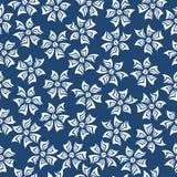 πρότυπο άνευ ραφής Άσπρα λουλούδια σε ένα μπλε υπόβαθρο Στοκ φωτογραφίες με δικαίωμα ελεύθερης χρήσης