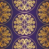 πρότυπο άνευ ραφής Χρυσή διακόσμηση στο πορφυρό υπόβαθρο Στοκ Εικόνα
