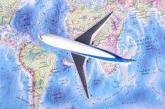 Πρότυπο αεροπλάνων παιχνιδιών παιδιών στον παγκόσμιο χάρτη μικρό ταξίδι χαρτών του Δουβλίνου έννοιας πόλεων αυτοκινήτων Στοκ Εικόνα