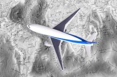 Πρότυπο αεροπλάνων παιχνιδιών παιδιών στον παγκόσμιο χάρτη μικρό ταξίδι χαρτών του Δουβλίνου έννοιας πόλεων αυτοκινήτων Στοκ εικόνα με δικαίωμα ελεύθερης χρήσης