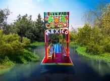 Πρότυπο αντίγραφο κλίμακας ενός μεξικάνικου trajinera στο νερό στοκ φωτογραφία με δικαίωμα ελεύθερης χρήσης