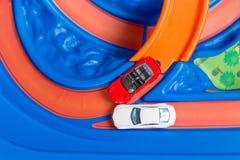 Πρότυπο ατύχημα αυτοκινήτων παιχνιδιών κλίμακας στο δρόμο τα αυτοκίνητα ασφάλτου φράσσουν την άνευ ραφής διανυσματική ταπετσαρία  Στοκ Φωτογραφίες