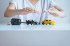 Πρότυπο αυτοκινήτων με το χέρι στην έννοια πινάκων, επιχειρήσεων και χρηματοδότησης αυτοκινήτων Στοκ φωτογραφίες με δικαίωμα ελεύθερης χρήσης