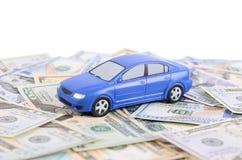 Πρότυπο αυτοκινήτων στους λογαριασμούς δολαρίων Στοκ εικόνα με δικαίωμα ελεύθερης χρήσης