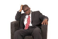 Πρότυπο αφροαμερικάνων στο επιχειρησιακό κοστούμι που κοιτάζει κάτω Στοκ Φωτογραφίες