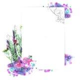 Πρότυπο για το σχέδιο πρόσκλησης με τον παφλασμό watercolor και το φρέσκο περίγραμμα λουλουδιών και μελανιού Στοκ φωτογραφίες με δικαίωμα ελεύθερης χρήσης