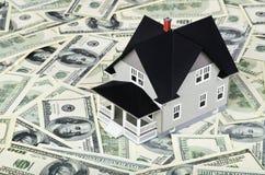 Πρότυπο ενός σπιτιού πάνω από τους λογαριασμούς εκατό δολαρίων στοκ εικόνες