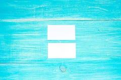 Πρότυπο επαγγελματικών καρτών στο μπλε ξύλινο υπόβαθρο Ρηχή εκλεκτική εστίαση Copyspace Τοπ όψη Στοκ Φωτογραφίες