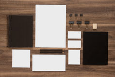 Πρότυπο επιχειρησιακών εμπορικών σημάτων προτύπων στο ξύλινο γραφείο Στοκ φωτογραφία με δικαίωμα ελεύθερης χρήσης
