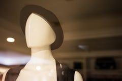 Πρότυπο λευκό κορίτσι που φορά ένα καπέλο σε ένα κατάστημα Στοκ φωτογραφίες με δικαίωμα ελεύθερης χρήσης